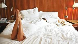 Dizi oyuncusu genç kadına otel odasında taciz şoku: Bornozla kapıyı açınca oda görevlisi..