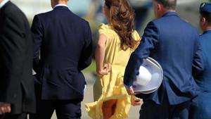 Kate Middleton sürekli rüzgarın azizliğine uğruyor eteği havalanıyor!