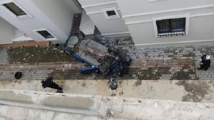 Bursa Gemlik'te akılalmaz kaza! Otomobil apartman boşluğuna uçtu