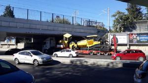 Bakırköy'de TIR köprü altına sıkıştı, trafik yoğunluğu oluştu