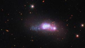 Uzayın derinliklerindeki cüce galaksi görüntülendi