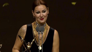 Pınar Altuğ ödül almasına gelen eleştirilere sert çıktı
