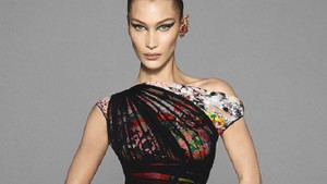 Versace yeni kampanyasını Bella Hadid ve Irina Shayk ile tanıttı