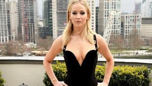 Jennifer Lawrence cesur elbisesiyle ilgi odağı oldu