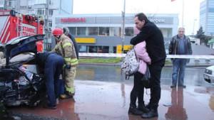 Kaza yapan yakınının kurtarılmasını böyle izledi