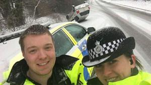 Takla atan arabanın önünde selfie çeken polislere tepki