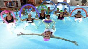 Kadınlar, havuzda su jimnastiği ile forma giriyor