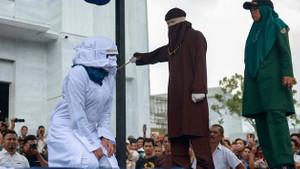 Endonezya'da genç çiftlere kırbaç cezası
