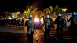 Midilli'de göçmenlere saldırı! Sloganları kan dondurdu: Diri diri yakın