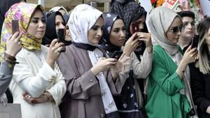 Beş vakit ezan okunan, kadınlara özel muhafazakar AVM açıldı