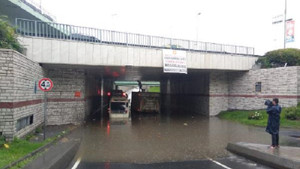 Yağmur İstanbul'u fena vurdu! Alt geçidi su bastı araçlar mahsur kaldı