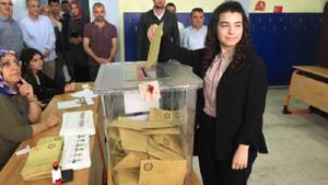 Ak Parti'nin en genç milletvekili adayı Elif Nur Bayram oyunu kullandı