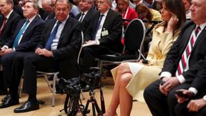 First Lady Melania Trump'ın bacaklarını dikizleyen Sergey Lavrov alay konusu oldu