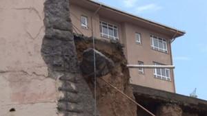 İstanbul'da yoğun yağış nedeniyle okulun duvarı çöktü