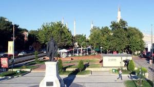 Atatürk Anıtı'nın arkasına konulan tuvalete AKP'den sert tepki