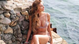 Özge Ulusoy'dan bikinili pozlar