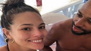 Ashley Graham eşiyle tatilin tadını çıkarıyor