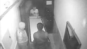 32 yerinden bıçaklayarak öldürdü bazaya koyup binadan çıkardı