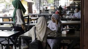 Endonezya'da kadınlar akşam 9'dan itibaren eşleri olmadan yemek yiyemeyecek