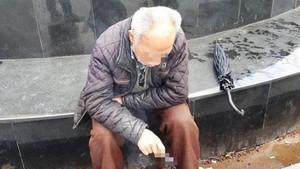 Yaşlı adam birlikte olalım diyen iki kadın tarafından dolandırıldı
