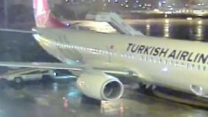 THY uçağına merdiven aracı çarptı