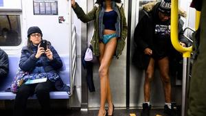 Metroya bindiler, pantolonları indirdiler