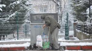 Bir Türkiye gerçeği: Çöpleri karıştırıp yiyecek arayan yaşlı adam