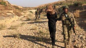Yakalanan teröristlerin başına çuval geçirildi