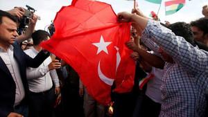 Paris ve Erbil'de skandal görüntüler! Terör örgütü yandaşları bayrağımızı yaktı