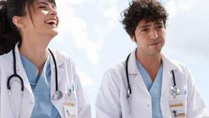 Mucize Doktor oyuncuları Sinem Ünsal ve Taner Ölmez'den set pozu
