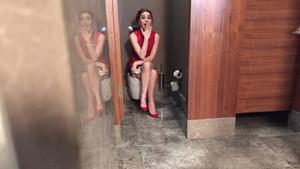 Nur Fettahoğlu'ndan tuvalet pozu