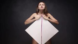 Göğüsleriyle resim yapan genç kız gören herkesi hayrete düşürdü