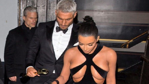 Kim Kardashian'dan ödül gecesinde çok cesur kıyafet