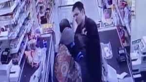 Marketten bebek maması çalan baba, geri vermemek için direndi