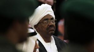 Sudan'ın 30 yıllık lideri El Beşir istifa etti