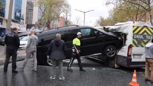 Ataşehir'de minibüs servis aracına böyle çarptı