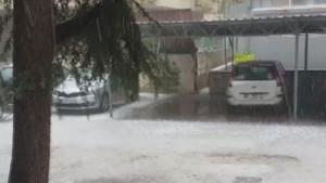 İstanbul'da dolu yağışı! Bazı işyerlerini su bastı