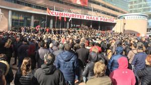 Vatandaşlar saldırıyı kınamak için Genel Merkez önünde toplandı!