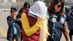 4 kadın 4 erkek evli ve boşanmış çiftler eş değiştirme partisi yaparken evi polis bastı