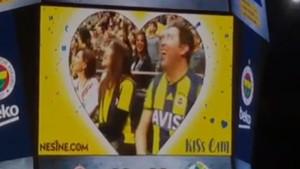 Emre Kınay, Fenerbahçe maçında Kiss Cam'e yakalandı