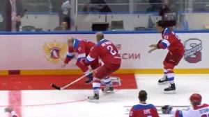 Putin buz hokeyinde yere kapaklandı