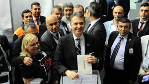 Son dakika: Fikret Orman 2882 oyla yeniden başkan seçildi