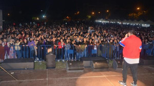 Öğrencilerden konsere geciken Eypio'ya protesto