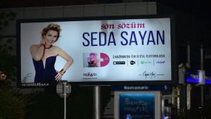 Seda Sayan dükkanının karşısına reklam verdi