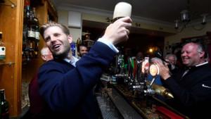 Bar çalışanı kadından oğul Trump'a tükürük!