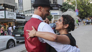 Böbrek hastası kediyi tedavi ettirmek için sokakta dans ediyorlar
