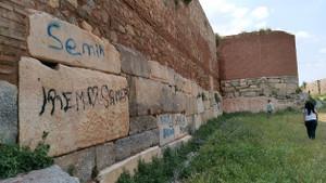 Bursa'da 2 bin yıllık surlara sprey boyayla yazı yazdılar