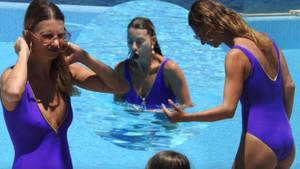 Tuba Ünsal havuzda güneşten kaçtı!