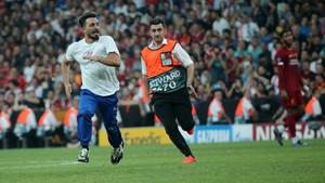 Liverpool-Chelsea maçında sahaya atlayan YouTuber Ali Abdüsselam kimdir?