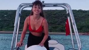 Kadın dizisinin Şirin'i Seray Kaya bikinisiyle tekne kullandı